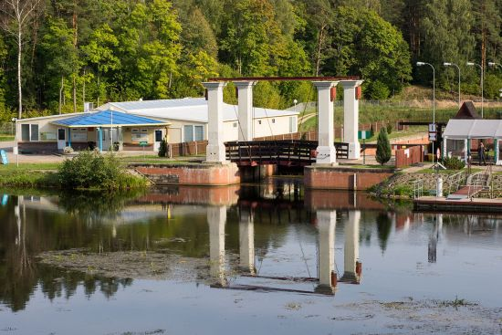 The lock at Kurzyniec marks the border between Belarus (left) and Poland (right). Only waterborne traffic may cross the border here (photo © hidden europe).