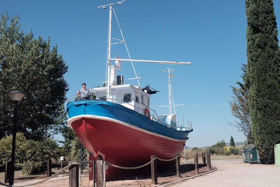 María Ángeles Gascón and her boat in the Navarre settlement of Figarol (photo © Andoni Lubaki).