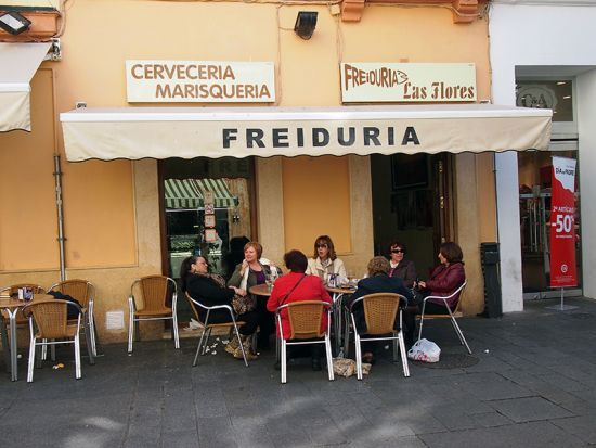 Waiting for fried fish in Cádiz (photo © hidden europe).