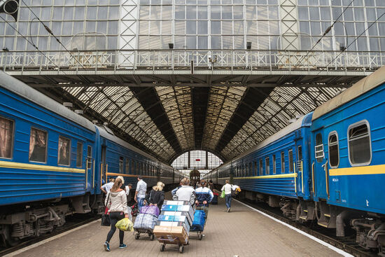 Passengers disembarking from night trains at Lviv station in Ukraine (photo © Jerome Cid / dreamstime.com).