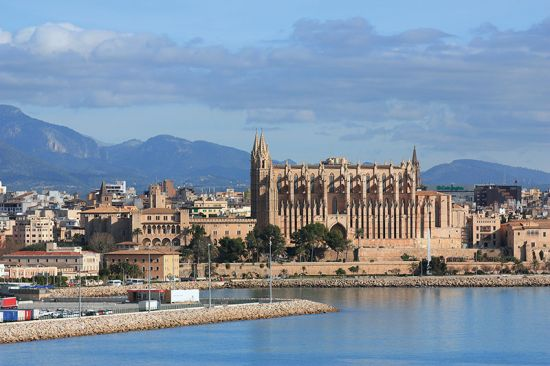 La Seu Cathedral dominates the waterfront of Palma de Mallorca (photo © Elena Zarubina / dreamstime.com).