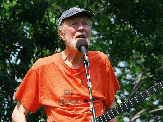 Pete Seeger at a concert in his home town of Beacon (USA)in 2009 (photo © Sandra Dunlap / dreamstime.com).