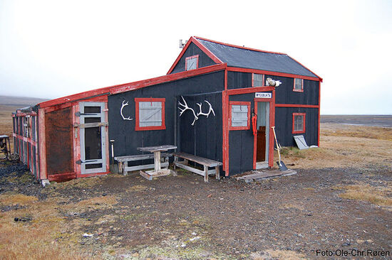 This modest building is a reminder of the Norwegian presence in Myggbukta on the east coast of Greenland. From June 1931 until April 1933, Myggbukta affected to bethe capital of Eirik Raudes Land (photo © Ole-Chr. Røren).