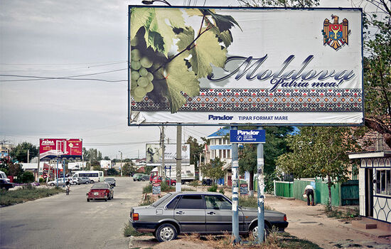 The streets of Komrat, capital of the autonomous territory of Gagauzia, with a poster suggesting Moldovan national unity (photo © Marco Fieber).