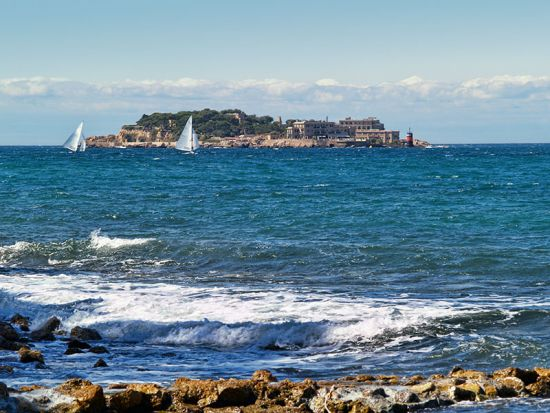 The Ile de Bendor seen from the coast at Bandol, France (photo © Bunyos / dreamstime.com).