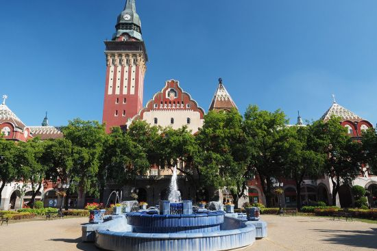 Ceramic fountain and art nouveau town hall in Subotica, Vojvodina region, northern Serbia (photo © hidden europe).