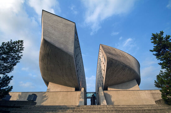Curves dominate the memorial to the Slovak Uprising at Banská Bystrica (photo © Kordoz / dreamstime.com).