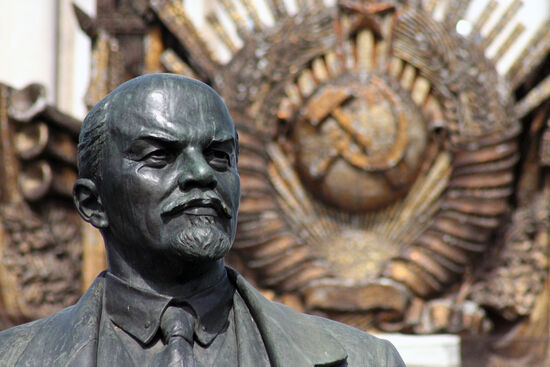 Lenin statue in Moscow (photo © Mjunsworth / dreamstime.com)