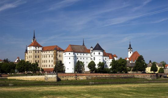 The cover of hidden europe 52 shows the town of Torgau. The scene is dominated by Hartenfels Castle, the one-time residence of the Electors of Saxony (photo © hidden europe).