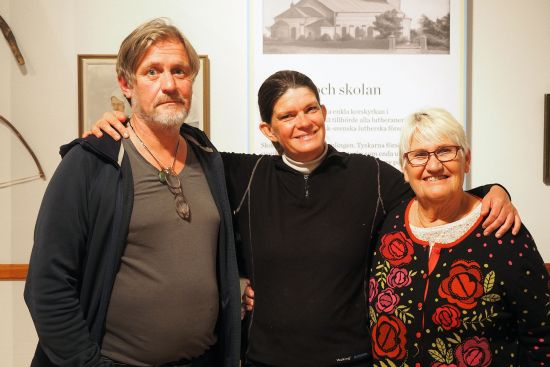 From left to right: Peter Knutas, Sofia Hoas and Christina Knutas in the house of the Föreningen Svenskbyborna in Roma, Gotland (photo © hidden europe).