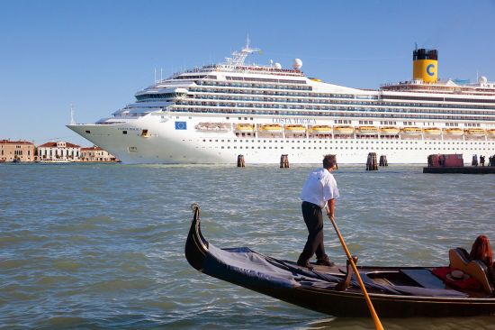 Old and new — huge cruise ships are threatening the fragile lagoonal environment of Venice (photo © Tinamou / dreamstime.com).