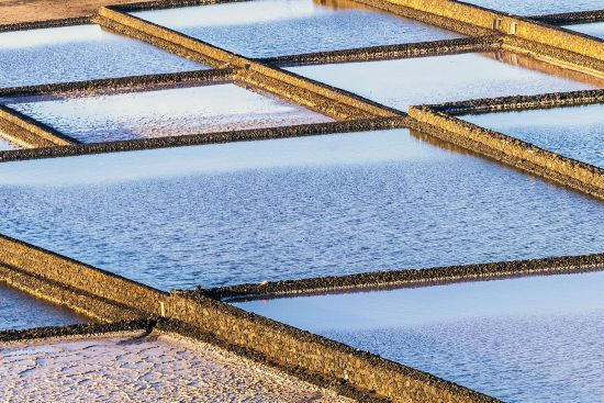 Salt pans in Janubio, Lanzarote (photo © Meinzahn / dreamstime.com).