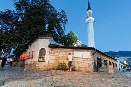 Mosque and minaret in Baščaršija, the Old Town of Sarajevo (photo © Xseon / istockphoto.com).