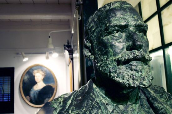Bust of Julián Gayarre in the museum in Erronkari. The woman in the picture in the background is the aunt mentioned in the quote at the top of the opposite page (photo © Karlos Zurutuza).